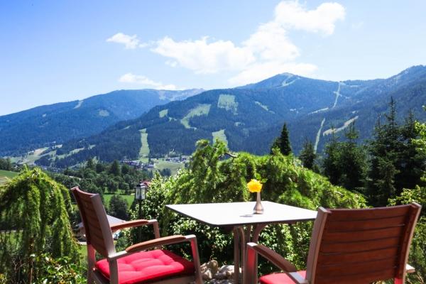 Frühstück auf der Terrasse den den Blick auf die Nockberge!